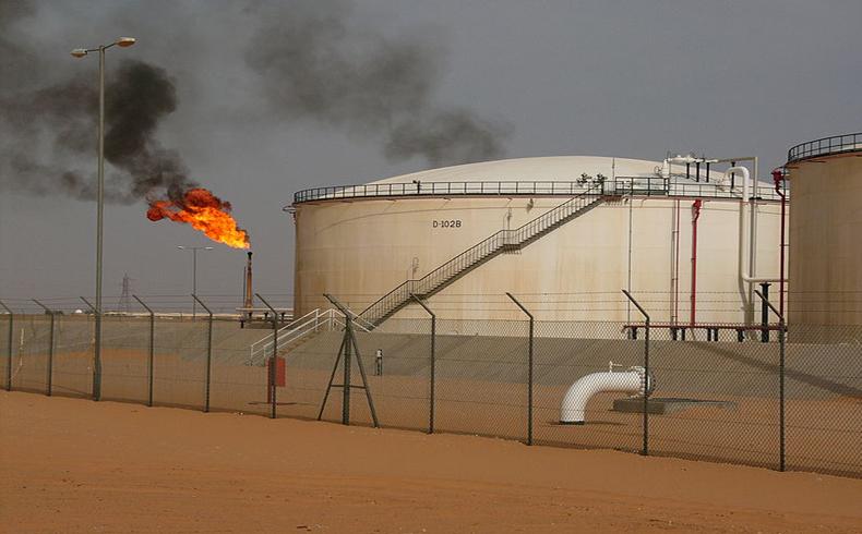 Caen los precios del crudo al tiempo que Arabia Saudita reduce los precios
