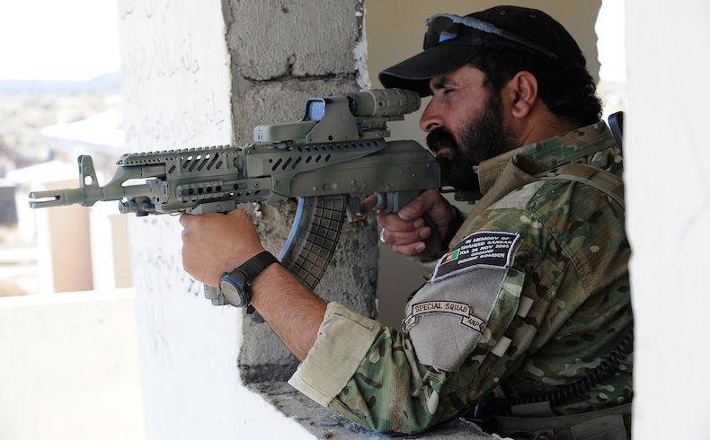 La policía afgana mata a 12 militantes del Talibán; 9 insurgentes se rinden