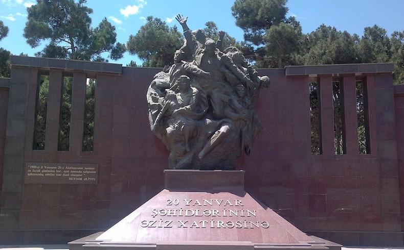 Monumento dedicado a las víctimas de Enero Negro en Bakú, Azerbaiyán