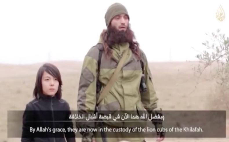 Un joven combatiente de Estado Islámico ejecutó a dos sospechosos por ser espías: activistas