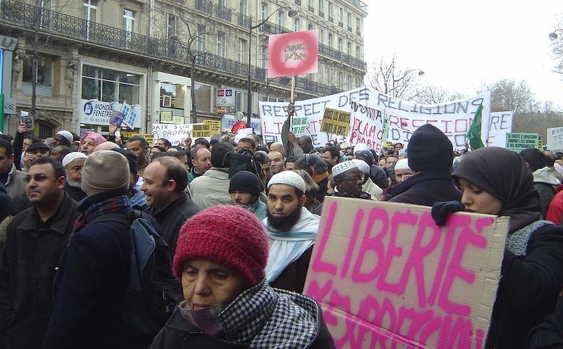 Miles de personas participaron de una manifestación contra las caricaturas de la revista francesa en la ciudad pakistaní de Karachi