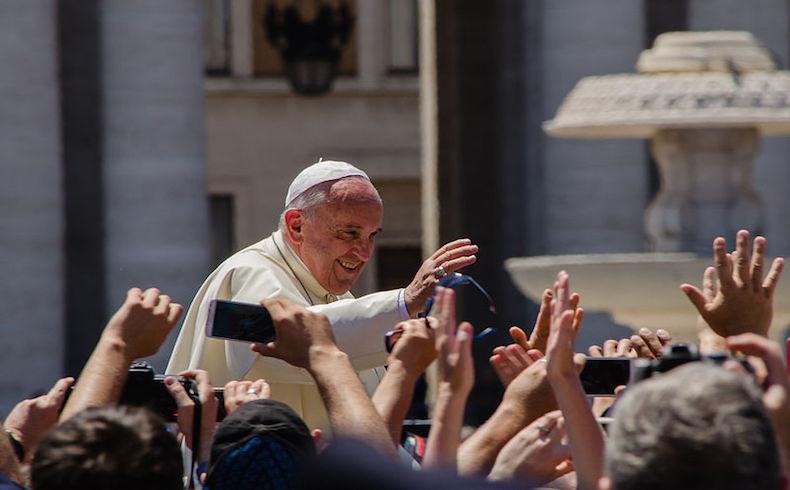 """Papa Francisco: """"La libertad de expresión no da derecho a insultar la fe de los demás"""""""