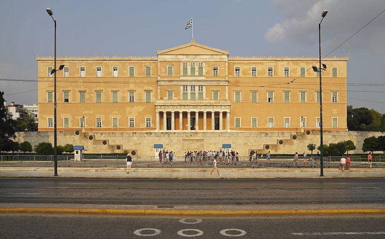 Hay problemas en la coalición griega de gobierno luego del acuerdo de rescate financiero