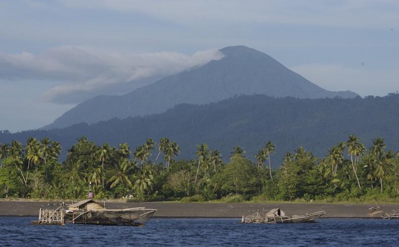 Un fuerte terremoto golpea frente a Indonesia oriental, pero no hay potencial para un tsunami