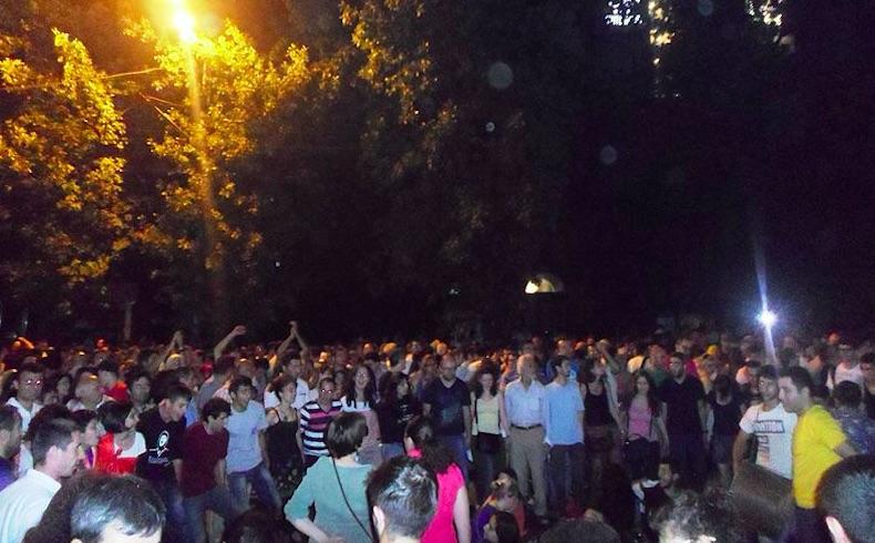 Miles de personas chocan con la policía en Armenia, al tiempo que la capital se sumerge en disturbios públicos
