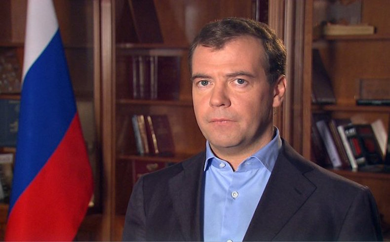 """Medvédev: """"El ataque terrorista se considera entre las posibles causas de la caída del A321"""""""