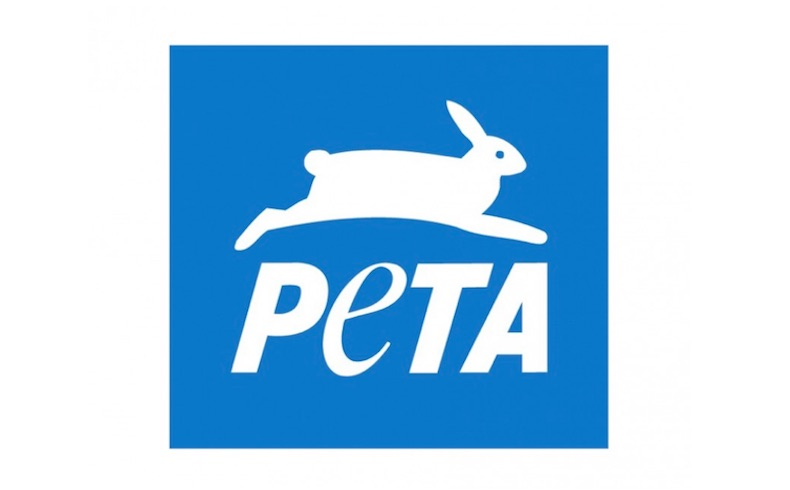 En esta desagradable campaña de PETA; los bolsos de piel están ensangrentados