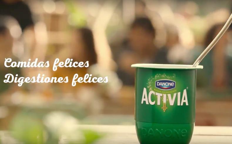 La marca de lácteos 'Activia' recuerda que hay que dejar el móvil quieto durante las comidas