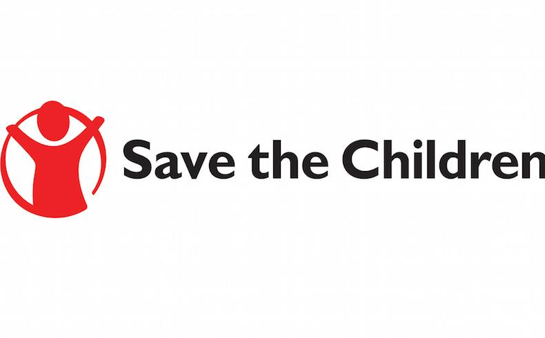 Los niños exigen sus derechos a los políticos en una campaña de publicidad de Save the Children