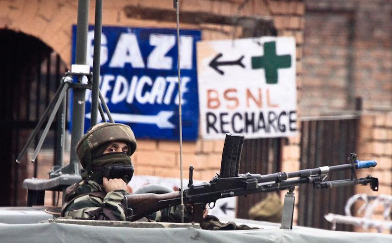 Un soldado vigila el puesto de control de carretera fuera de aeropuerto internacional de Srinagar (SXR) en Jammu y Cachemira, India. (Fuente: Wikimedia)