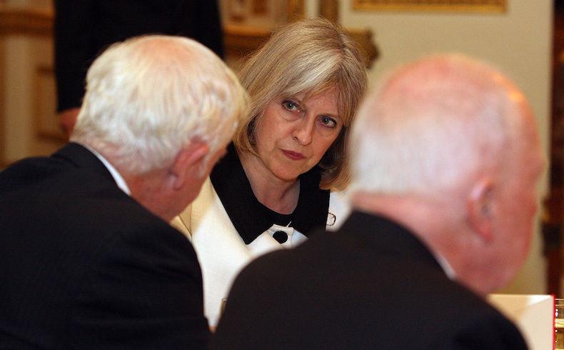 Hoy asume Theresa May; emotiva despedida del gabinete a Cameron