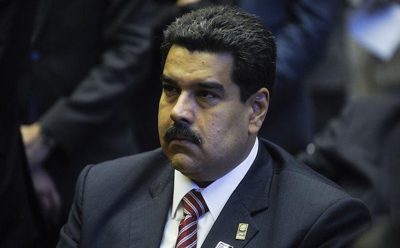 Maduro retirado de acto público por guardaespaldas al ser atacado por una turba