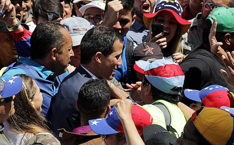 Guaidó advierte a militares de Venezuela; comienza embargo petrolero de EEUU