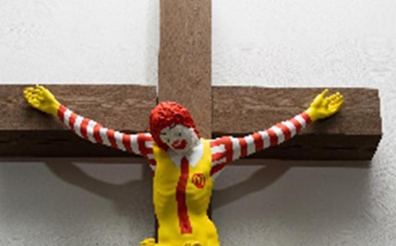 Cristo crucificado con la imagen del payaso de MacDonald's