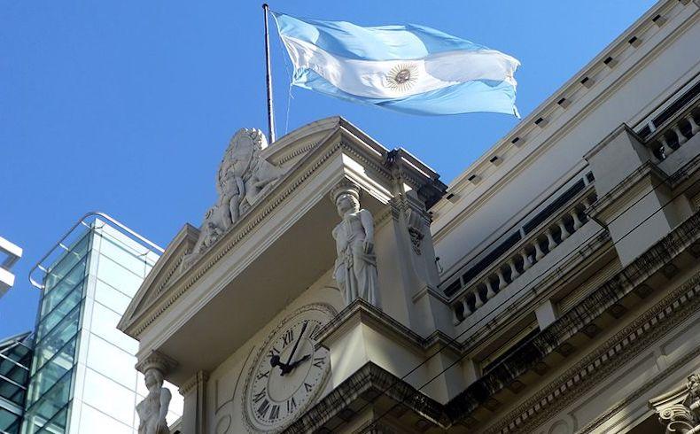 Argentina: riesgo país alcanza los 2.125 puntos; banco central apoya el Peso con US$ 367 millones