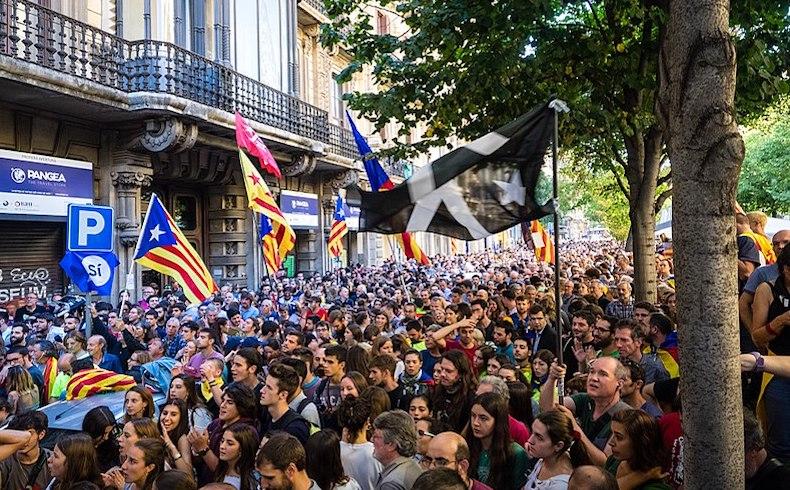 """Violencia sin fin en Cataluña; Madrid denuncia acciones """"coordinadas"""" y actuará con firmeza y proporcionalidad"""
