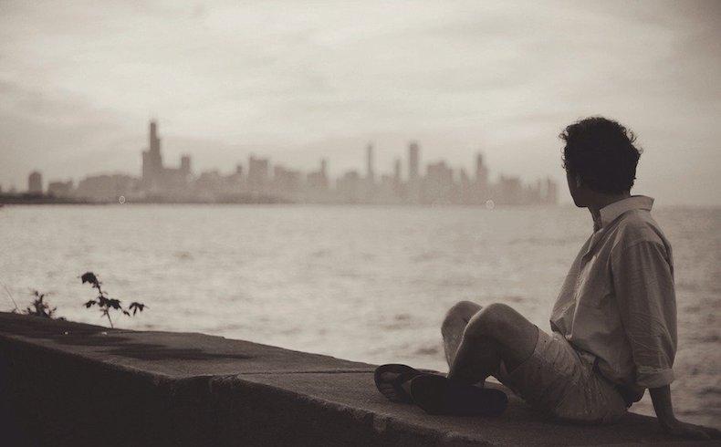 Estar soltero sale caro: gastan más y viven menos