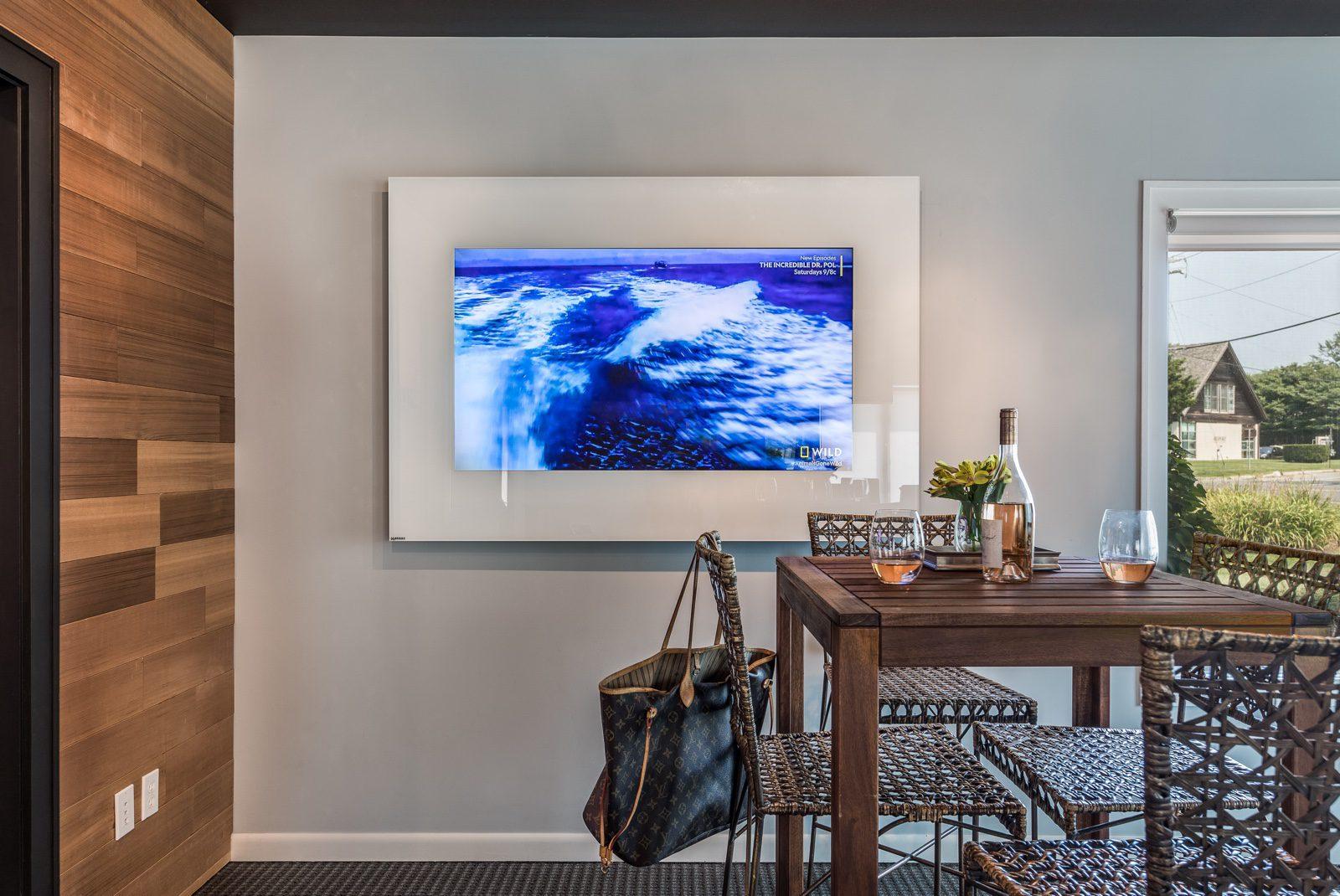 TV-Horizontal-Strip-White-Showroom-On