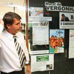 """o deputado Jair Bolsonaro coloca na porta de seu gabinete, em Brasília um cartaz contra o ex-ministro da Educação e pré-candidato do PT à Prefeitura de SP, Fernando Haddad. Em uma parede chamada pelo deputado de """"mural da vergonha"""", o cartaz diz que Haddad é o candidato do """"kit gay"""""""
