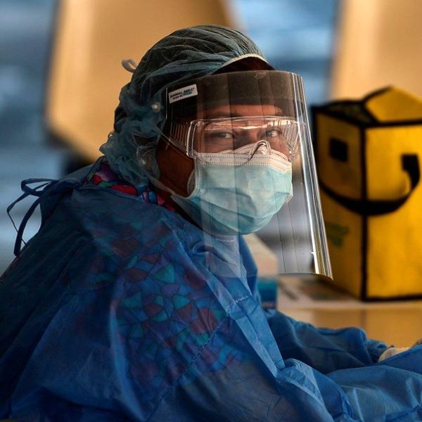 Solidaridad y coronavirus: fabrican máscaras 3D para personal de salud