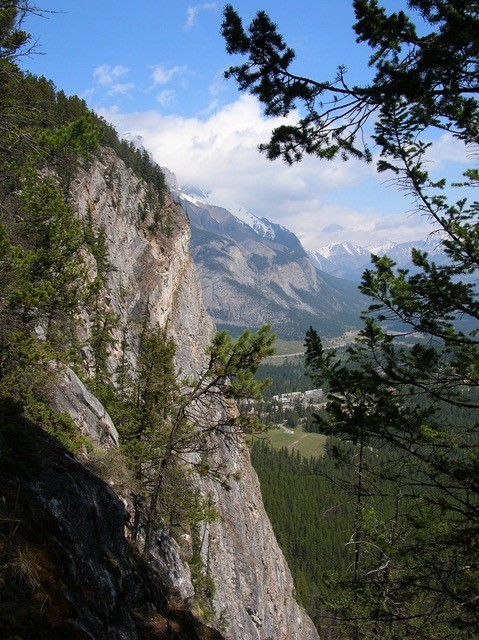 This image has an empty alt attribute; its file name is Banff-Tunnel-Mountain.jpg