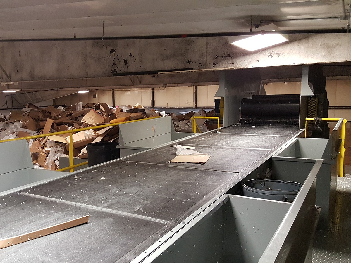 picking station conveyor in cardboard recycling plant