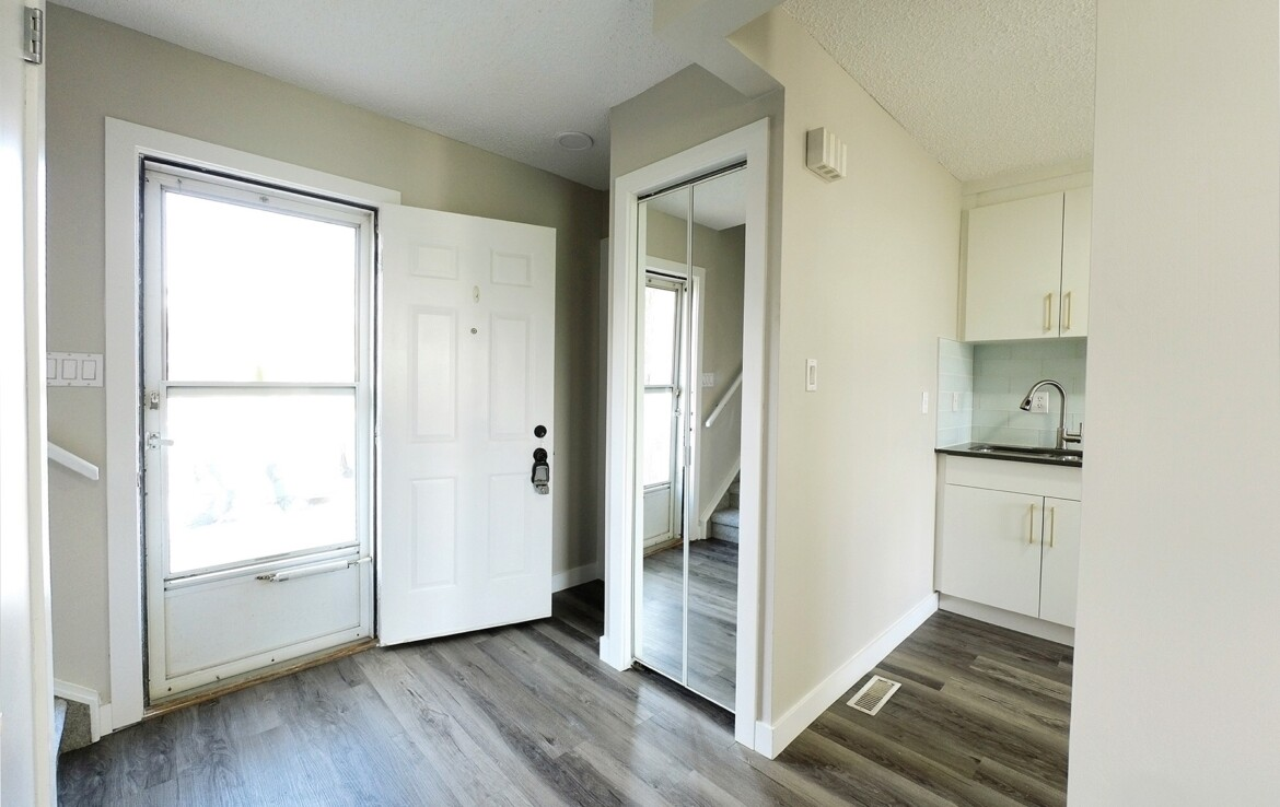 Millwoods reno townhouse - Real Estate Agent Peter Chen