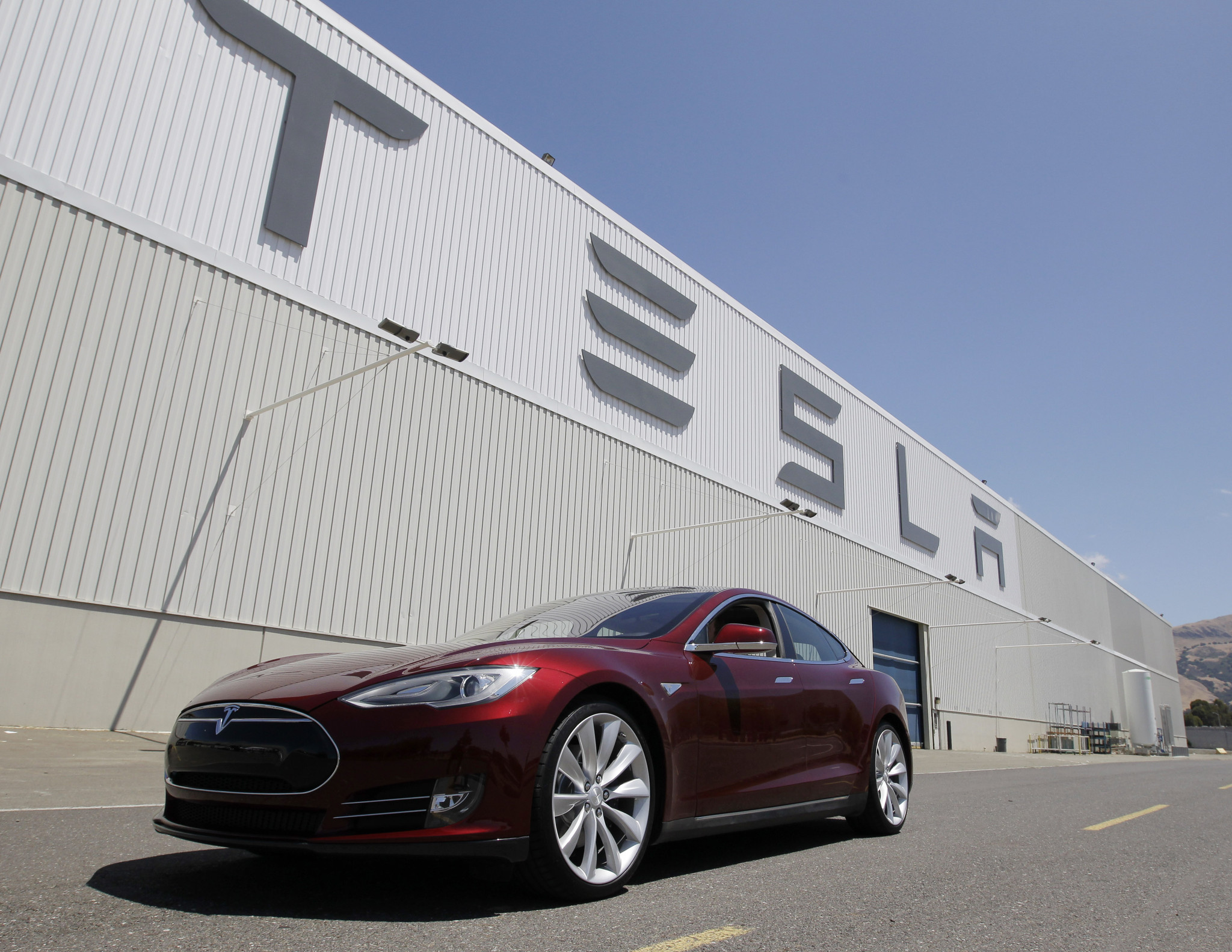 Tesla Motors has confirmed it will join a Nevada news conference at which Gov. Brian Sandoval will announce the electric car company will build its