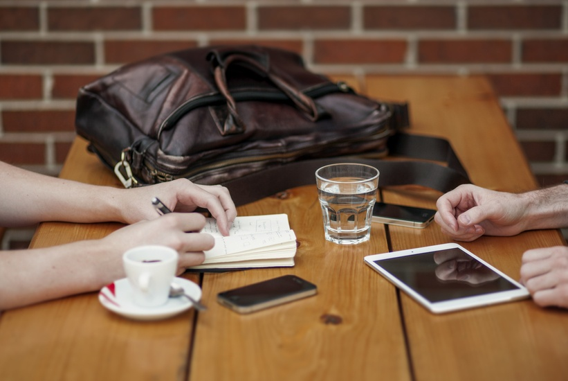 People having coffee with social media. Photo by: unsplash.com