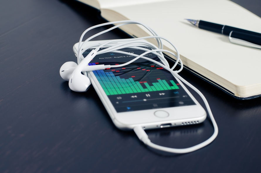 Mobile phone playing iTunes music by Apple. Photo by: pixabay.com