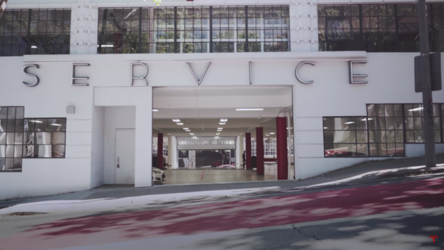 Tesla Motors customer service. Photo by: Tesla Motors / YouTube