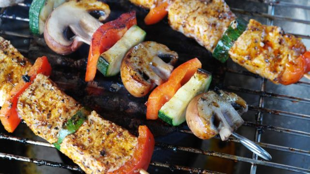 Meat and vegetables on the grill. Photo by: Pexels.com