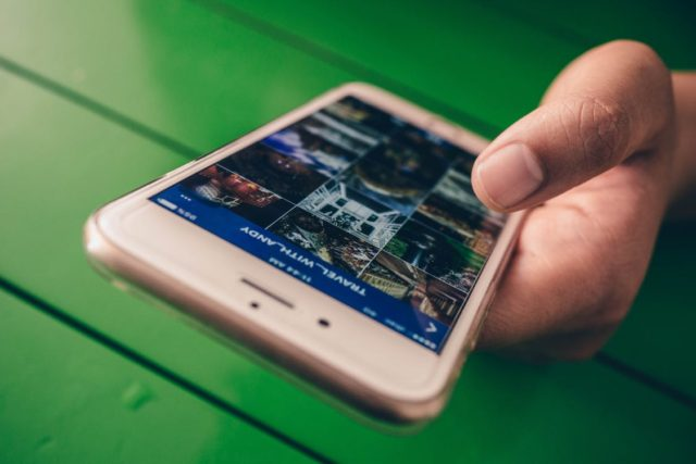 Smartphone with online content. Photo by: Fancycrave / Pexels.com
