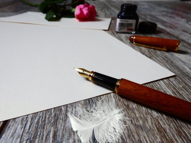 A piece paper and an ink pen. Photo by: Pexels.com