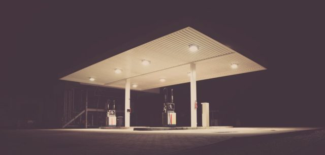 An isolated gas station. Photo by: Pexels.com