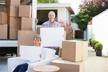 635-05652119 © Masterfile Royalty-Free Model Release: Yes Property Release: Yes Couple holding blank cards near boxes and moving van