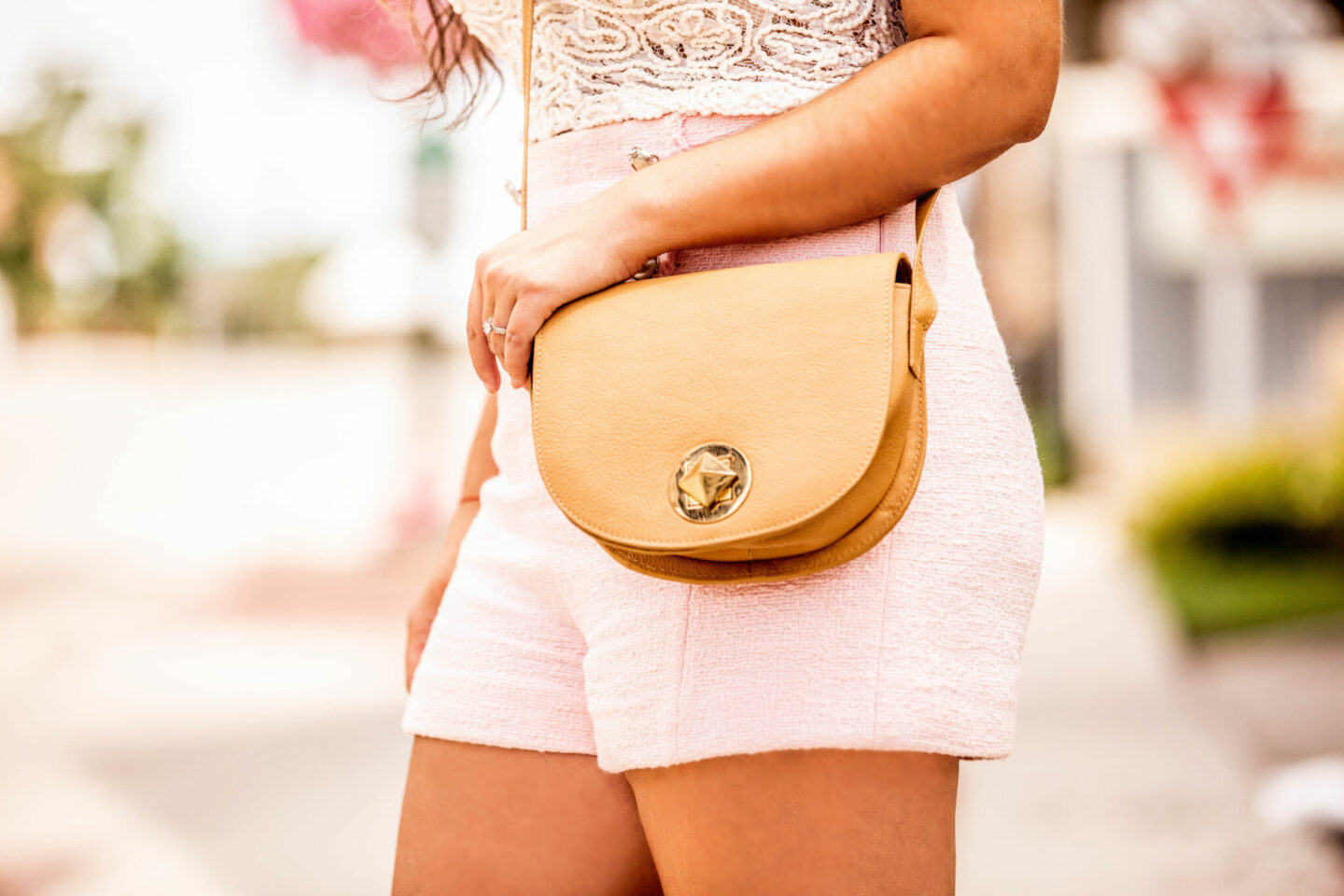 chicago blogger, chicago fashion, chicago women's handbag, beige crossbody handbag, baily lamb, the perfect crossbody handbag