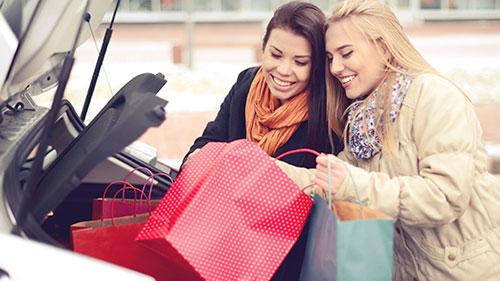estacionamiento centro comercial, mujeres de compras, bolsas de compras, regalos de navidad, auto