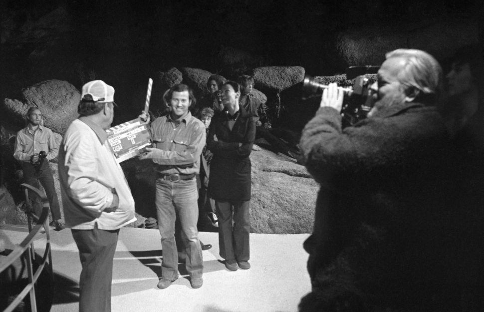 "An unknown crewmember, Edmund O'Brien, Frank Marshall, Mercedes McCambridge, Oja Kodar and Orson Welles on the set of """