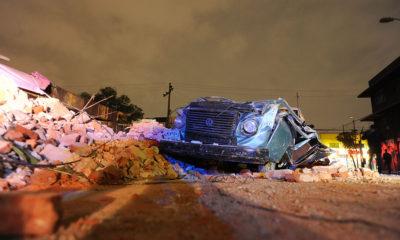 CIUDAD DE MÉXICO., 08SEPTIEMBRE2017.- En daños materiales, culmino el Sismo de 8.4 grados, que tuvo lugar en las costas de Chiapas y que se sintió en la ciudad de México, por lo que fueron evacuados edificios y acordonados algunos con daños en su estructura. Así mismo, vehículos dañados por bardas que de derrumbaron. FOTO: LUIS CARBAYO /CUARTOSCURO.COM