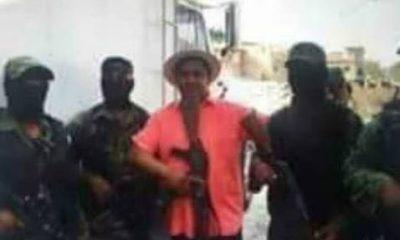 Sacerdote es fotografiado con grupo armado