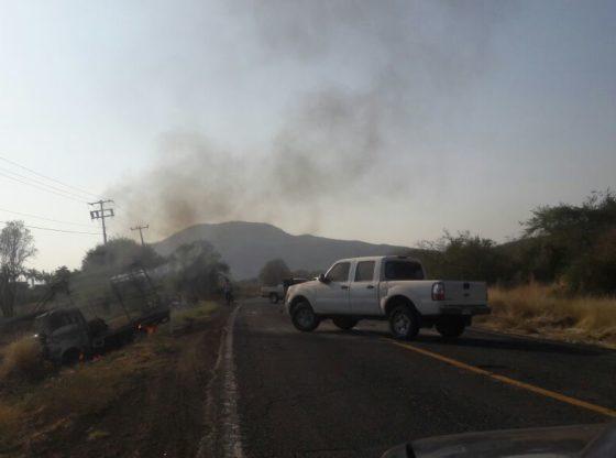 Camioneta incendiada en Michoacán