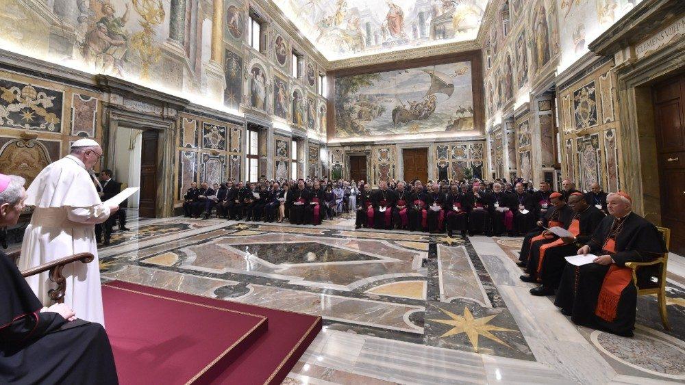 Vaticano detiene a sacerdote por pederastia