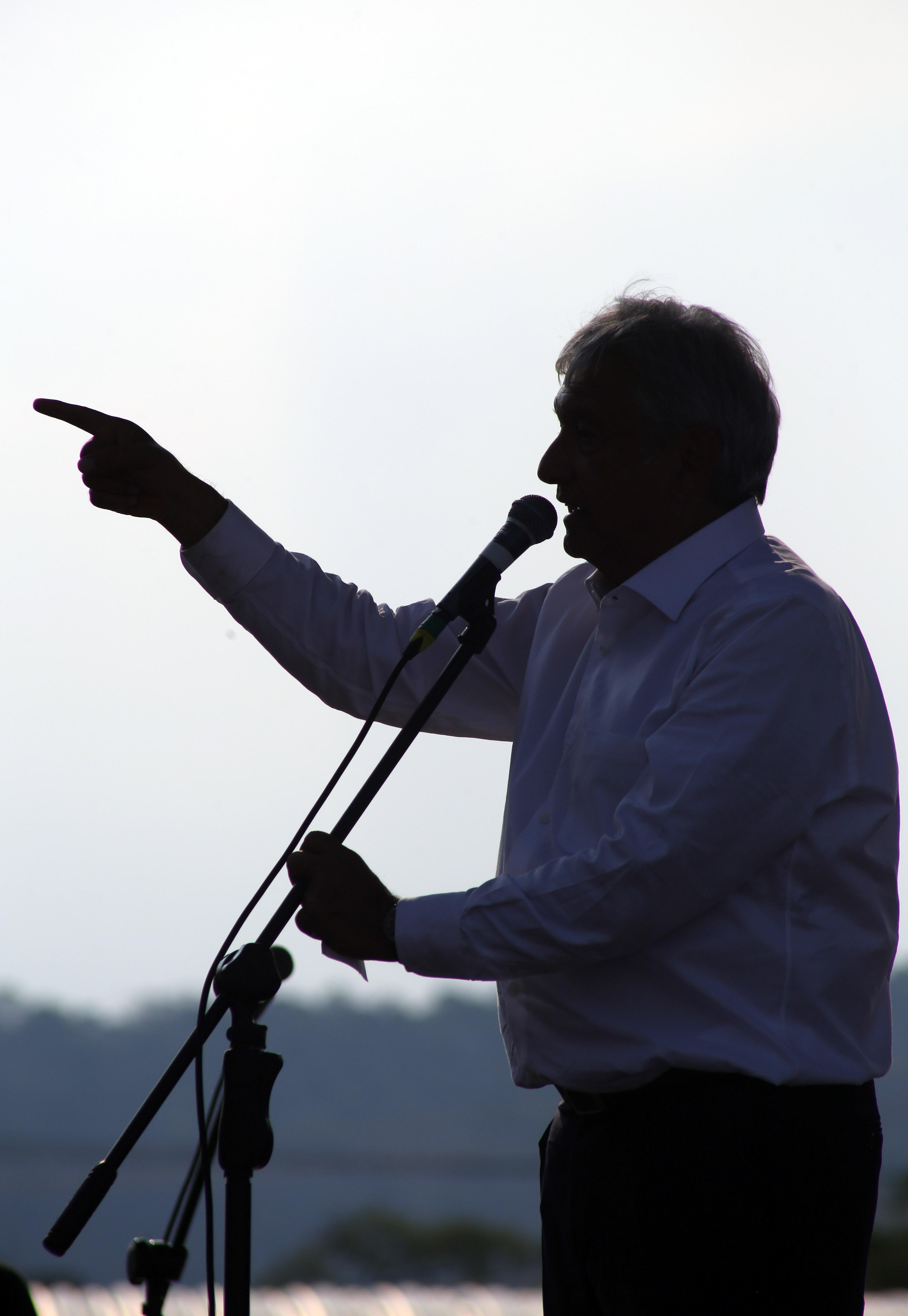 """YAUTEPEC, MORELOS, 03MAYO2018.- Andrés Manuel López Obrador, candidato a la presidencia de la Republica por la coalición """"Juntos haremos historia"""" (Movimiento de Regeneración Nacional, Partido del Trabajo y Encuentro Social) durante un mitin en la unidad deportiva de Atlihuayan. El tabasqueño estuvo acompañado por Cuauhtémoc Blanco Bravo, candidato a la gubernatura y otros aspirantes. FOTO: MARGARITO PÉREZ RETANA /CUARTOSCURO.COM"""