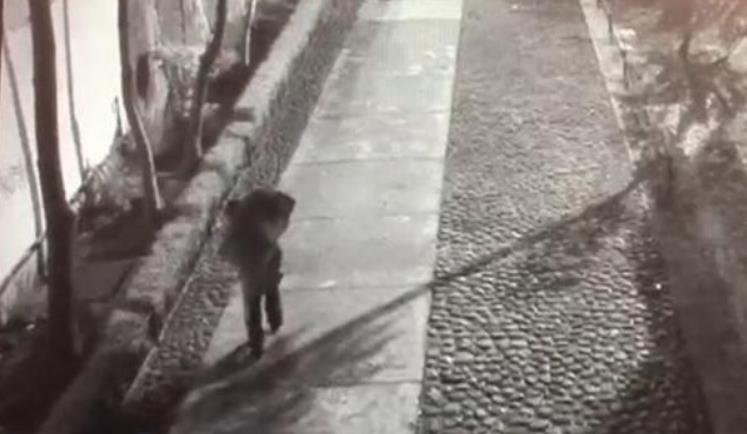 Hombre es visto salir con la maleta en Tlatelolco
