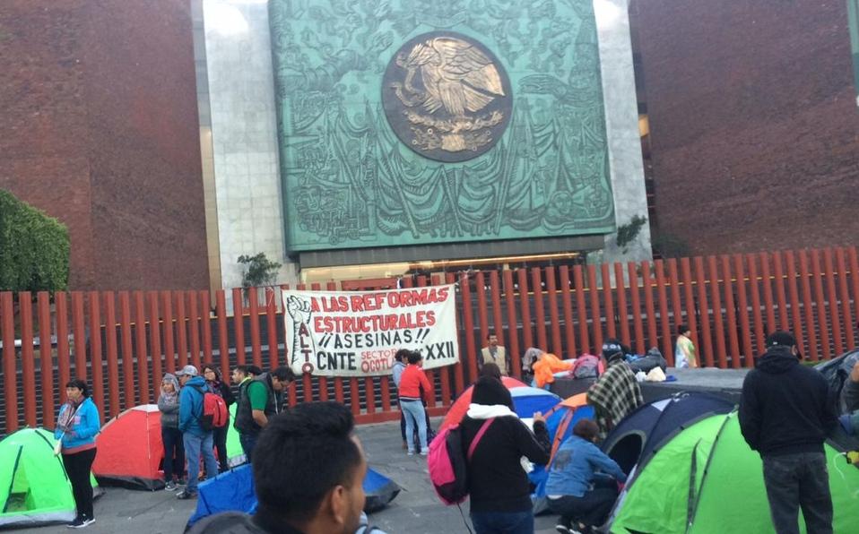 CNTE continúa plantón en la Cámara de Diputados