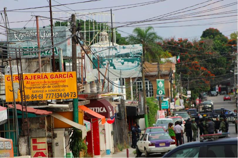 """El dueño del bar 'Reptilius Wings' junto a un trabajador fueron asesinados a tiros la tarde del miércoles en la colonia Las Granjas, en Cuernavaca, Morelos. Alrededor de las 5 de la tarde un grupo de personas llegó al lugar y dispararon contra dos personas para posteriormente huir del lugar. Las autoridades del estado hasta el momento no han detenido a los culpables. De acuerdo con medios locales, en un inicio se informaba de la muerte de una persona en el recinto y otra más herida; sin embargo, posteriormente se confirmó el fallecimiento de esta última, quien posiblemente intentó cubrirse y alejarse del lugar pero debido a sus heridas falleció en las jardineras del bar. Elementos de la Fiscalía General del Estado (FGE) arribaron al lugar e iniciaron un operativo en la Calle 10 de Abril, colonia Vicente Estrada Cajigal y sus alrededores para hallar a los homicidas. Acorde con testimonios de vecinos, el grupo de sicarios huyó en un automóvil BMW y unos más a pie, de igual manera afirmaron que uno de los perpetradores se escondió en el techo de una de las viviendas para escapar tiempo después. La FGE inició la carpeta de investigación correspondiente, se especula que los hechos se debieron al cobro de piso por el lugar. 'Reptilius Wings' ya había sido escenario de un homicidio en 2018 cuando un hombre identificado como Martín """"N"""", de 46 años, fue acribillado por un grupo de personas que le dispararon 12 veces."""
