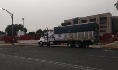 Transportistas bloquean entradas de San Lázaro