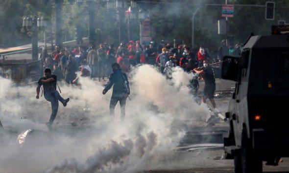Frenan alza al metro en Chile luego de violentas protestas
