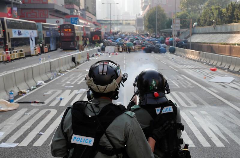 UN HERIDO DE BALA EN MANIFESTACIÓN EN HONG KONG Un policía dispara a quemarropa a uno de los participantes en las protestas